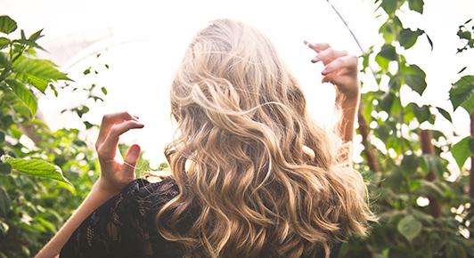 Les femmes rêvent d'avoir de beaux cheveux. La chute de cheveux est une épreuve difficile.