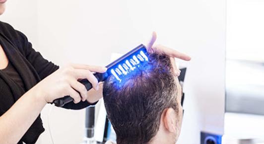 Soins en cabine à l'aide de technologies exclusives : Lumière LED, Scrub et Électro-stimulation