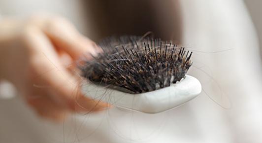Perdre entre 50 et 150 cheveux par jour est un cycle normal.